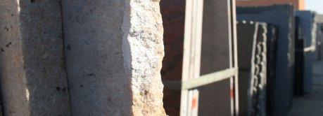 Kövek külső ablakpárkányokra